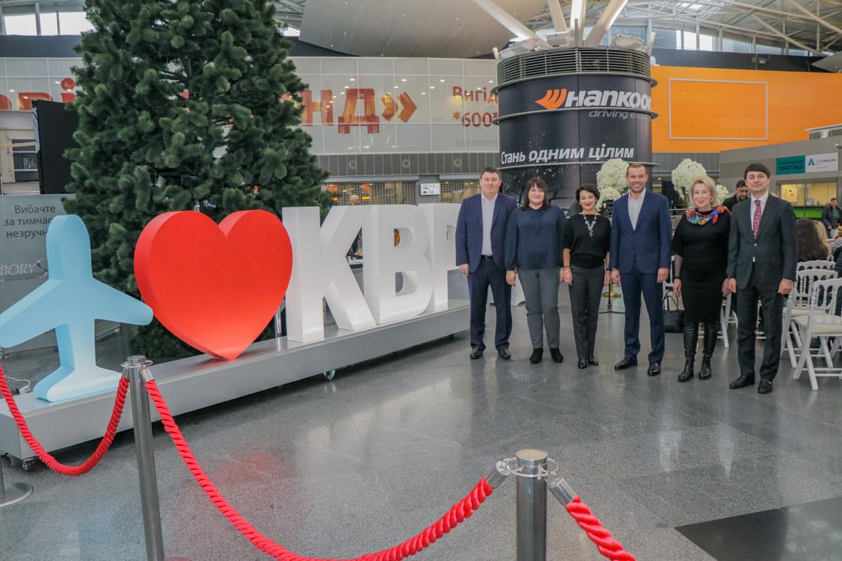 Влюбленных, которые решили вступить в брак, в аэропорту встречало руководство