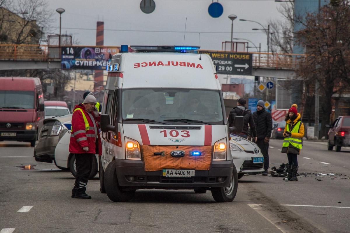 Медики оказали помощь пострадавшему пассажиру