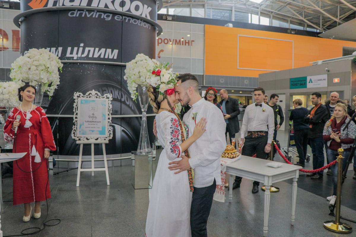 Киевляне Юлия и Максим стали первыми, кому разрешили заключить брак в аэропорту