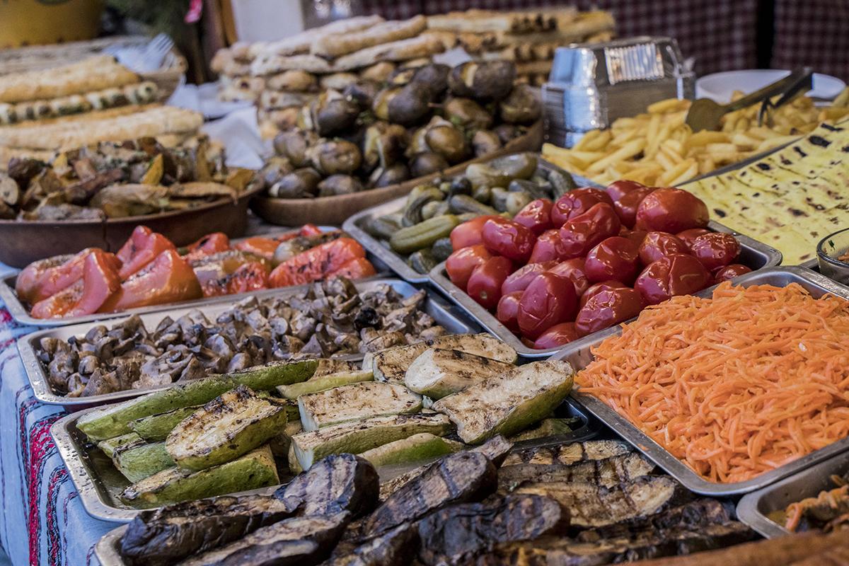 Тут можно купить различные вкусности: от овощей на гриле до сладостей