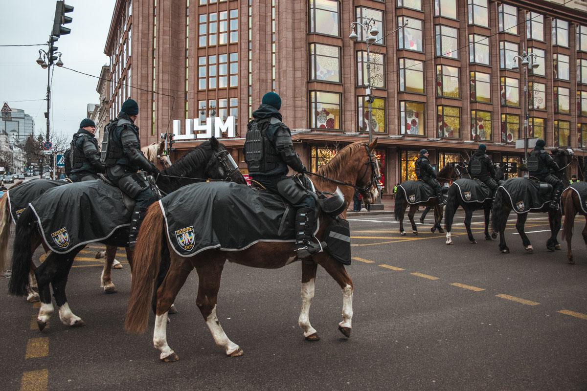 За порядком следила конная полиция
