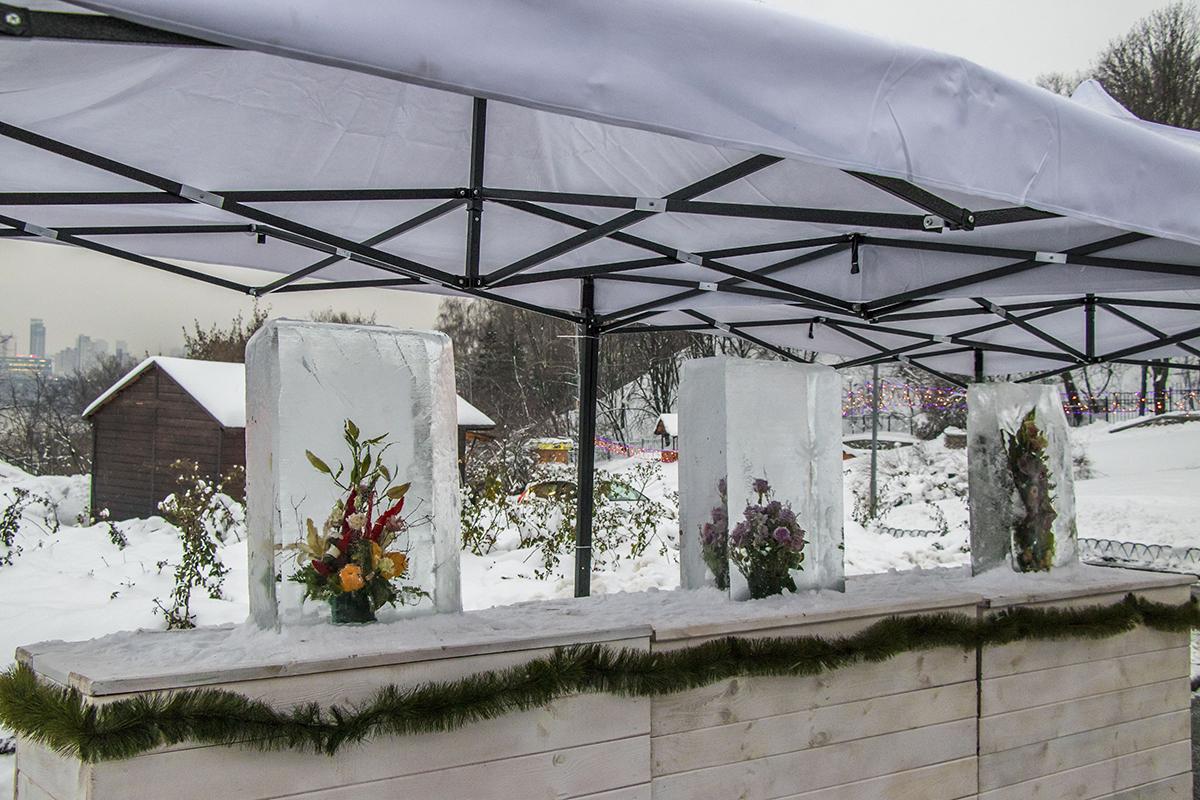 Изюминка фестиваля - выставка цветов во льду