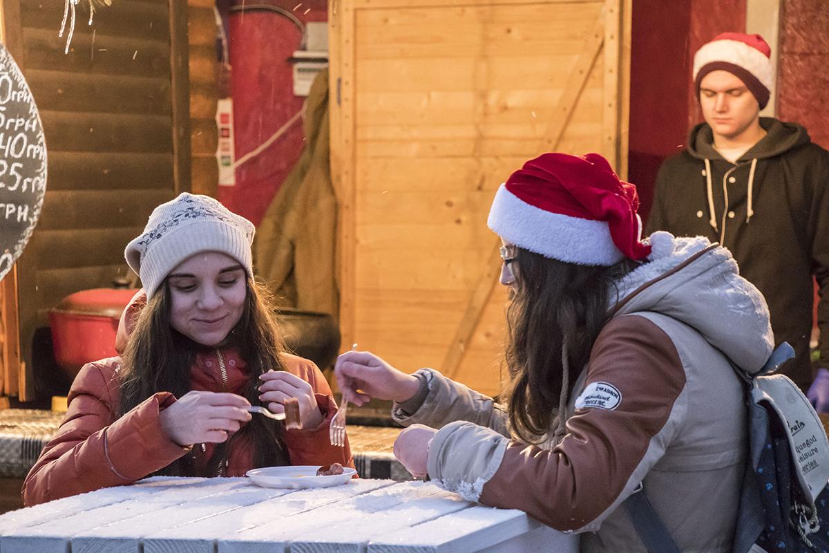 Посетители наслаждаются едой из фуд-кортов