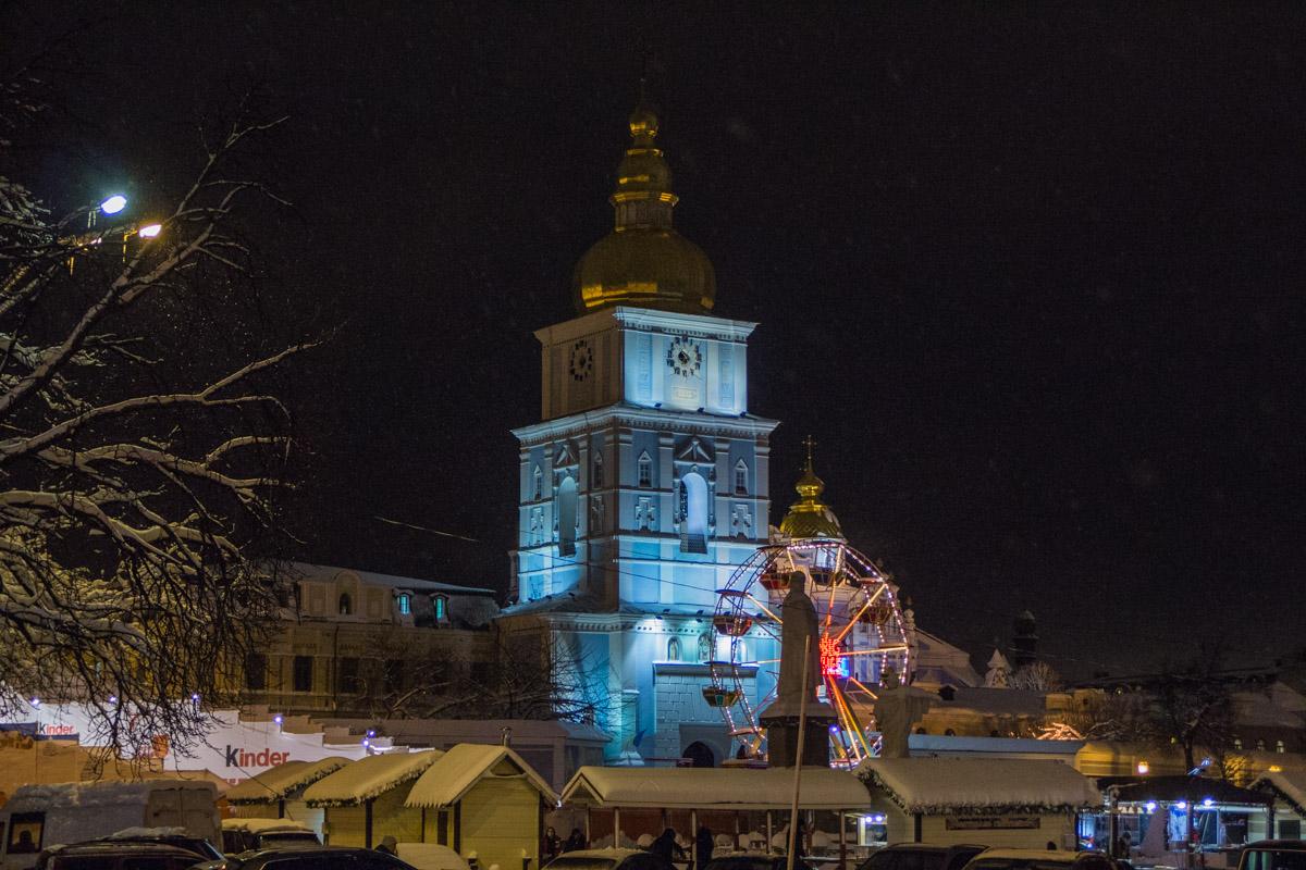 На Михайловской площади есть ярмарка и колесо обозрения