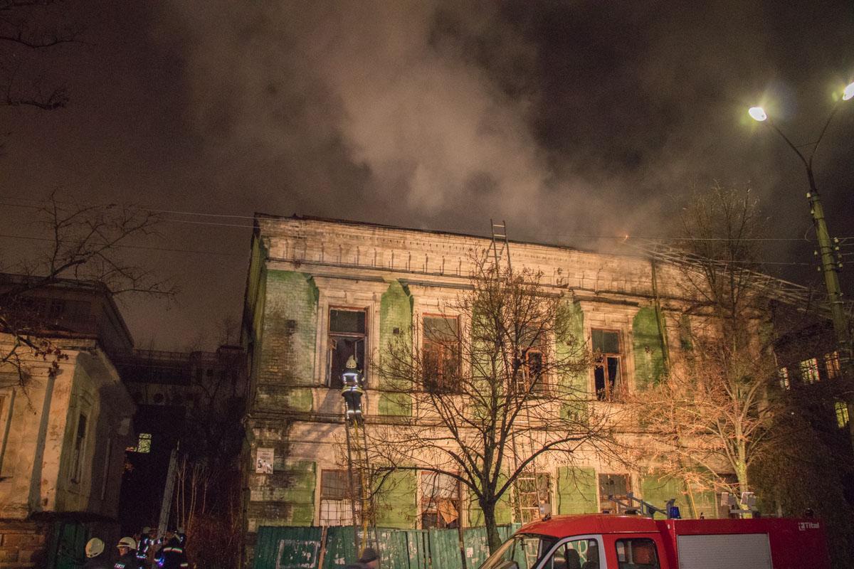 Пожарные к огню пробирались через окна второго этажа и крышу