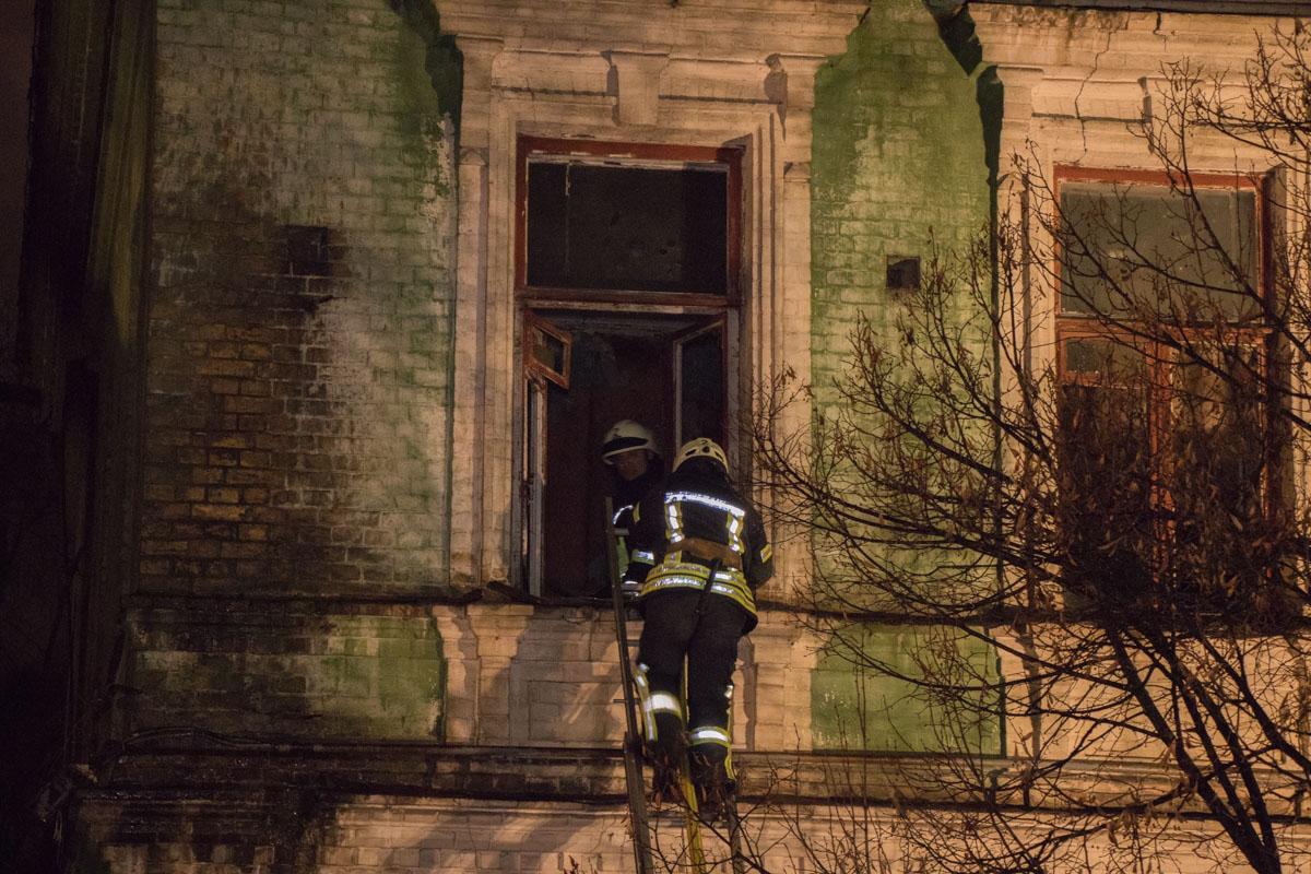 Пожар тушили со всех сторон здания