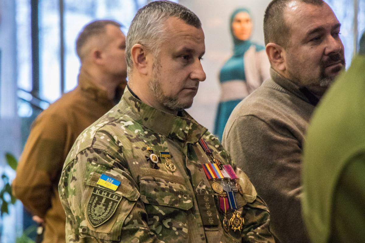 Фотовыставку посетили и военнослужащие, которые наверняка лично знали лейтенанта ВСУ