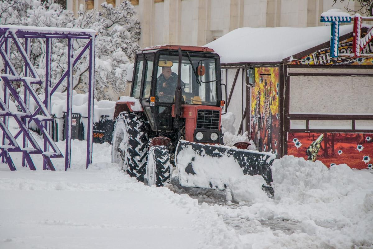 С такими снежными заносами справится только трактор