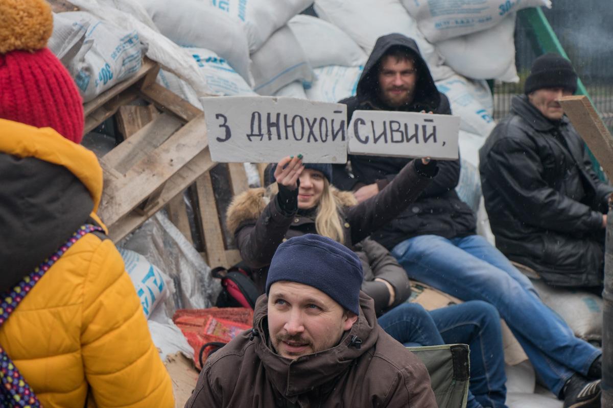 Митингуя, активисты не забывают поздравить своих друзей
