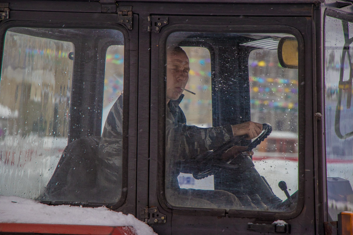 Работники выставочного центре настолько суровые, что снег перед ними отступает