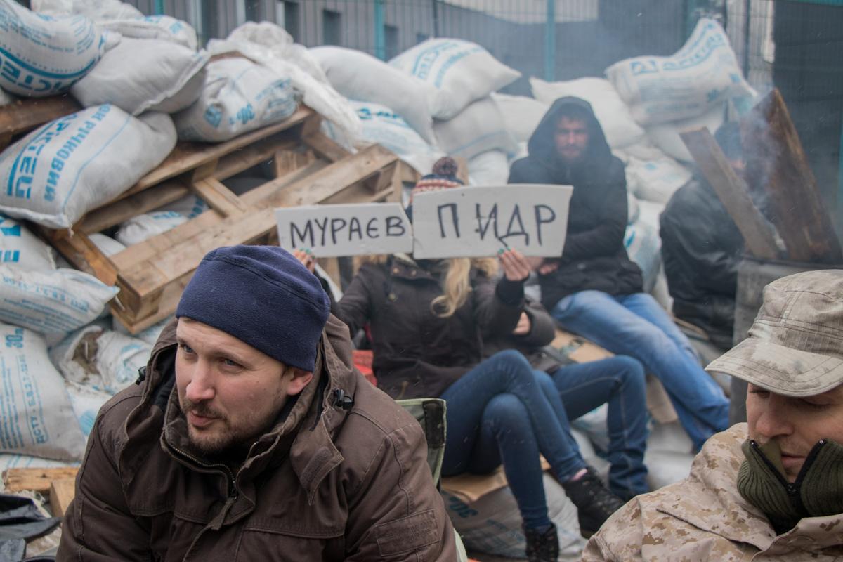Активисты требуют, чтобы Евгений Мураев извинился. Они обзывают его матерными словами, но намеренно делают в них ошибки, чтобы журналисты не цензурировали фото