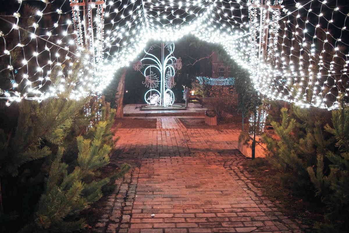 Вход в сквер украшает праздничное освещение