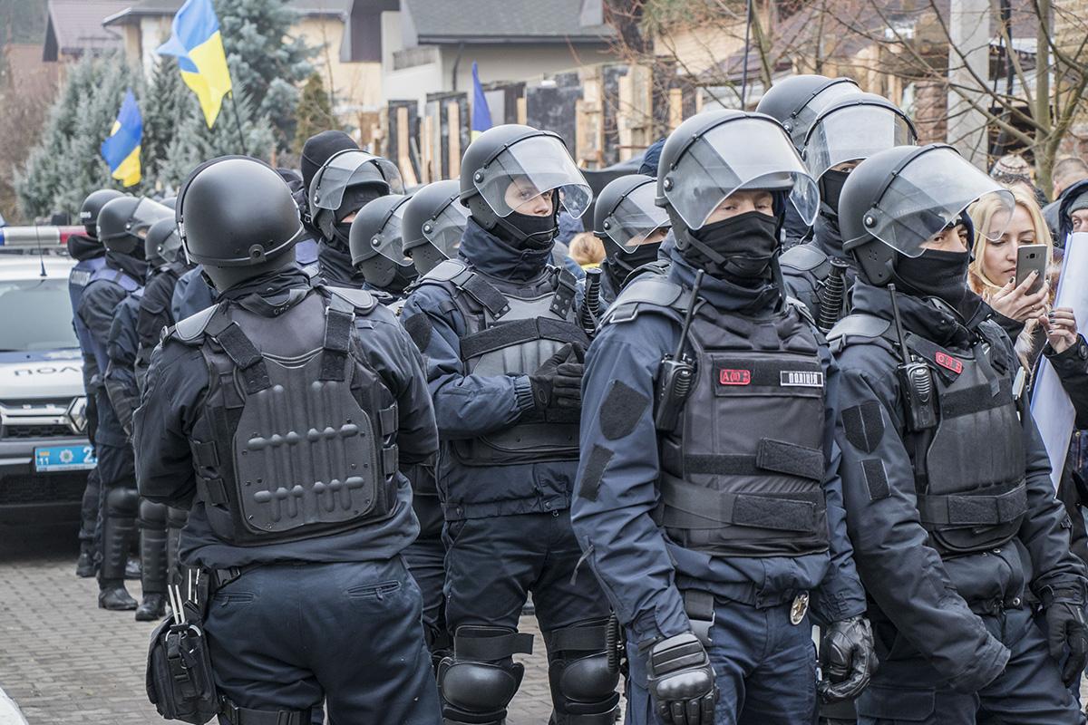 Силовики, защищающие дом Луценко
