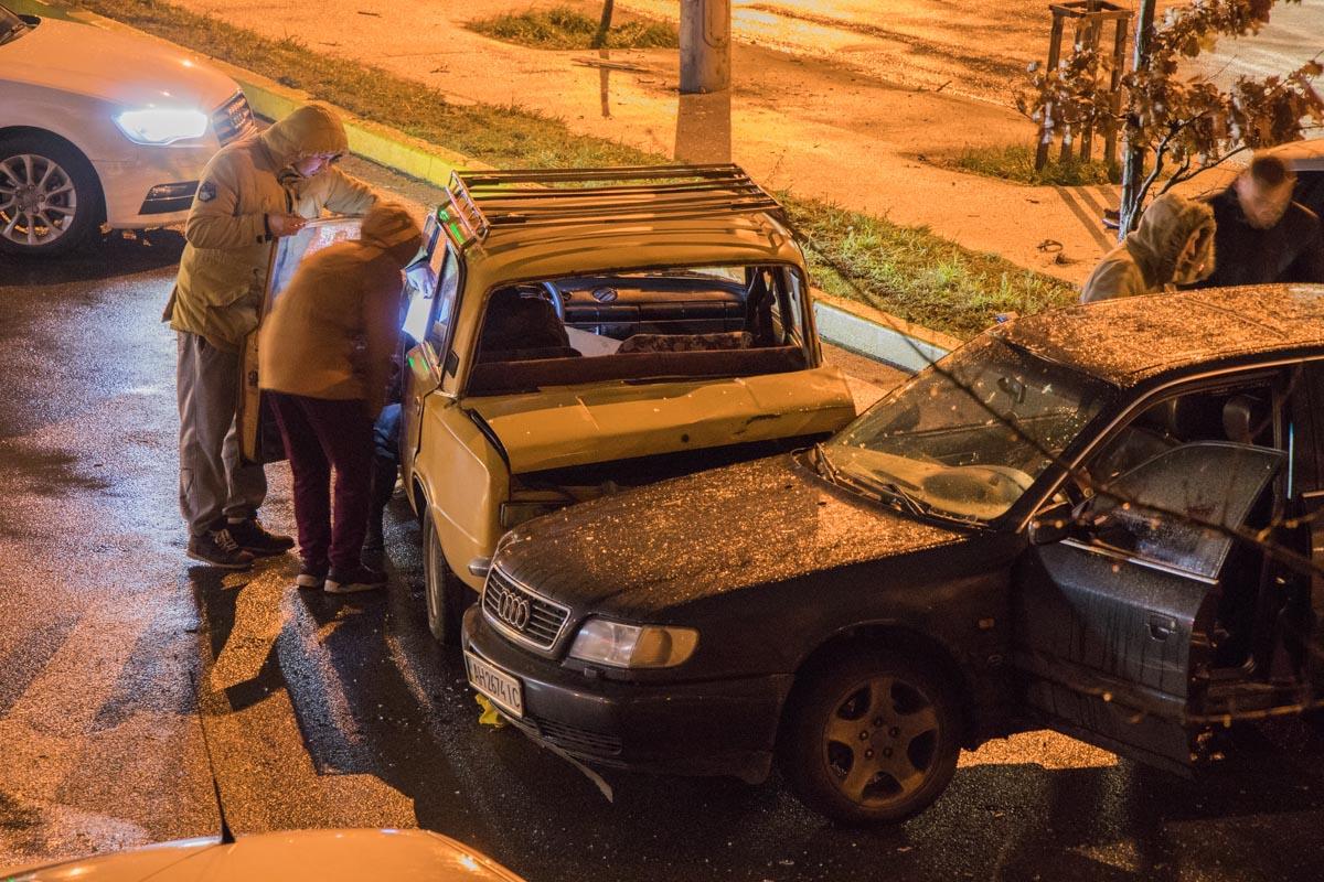 Друзья водителя помогают ему, написать объяснение
