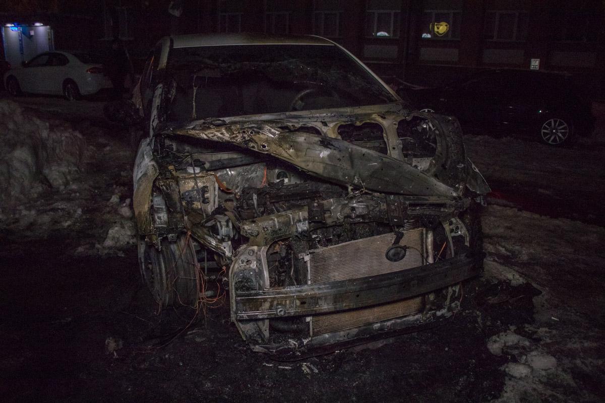 В авто полностью сгорела передняя часть