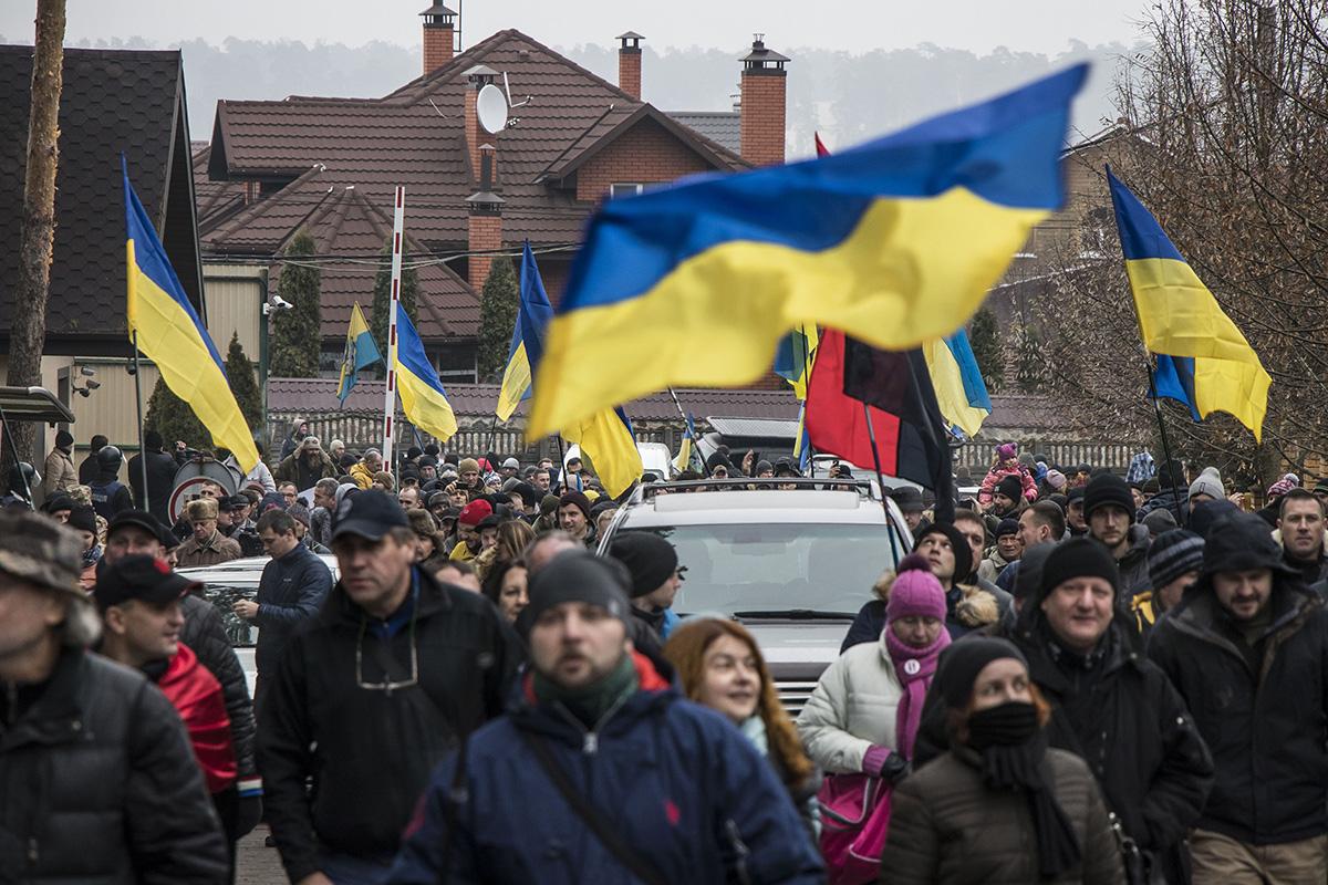 Митингующие приходили на акцию с флагами Украины