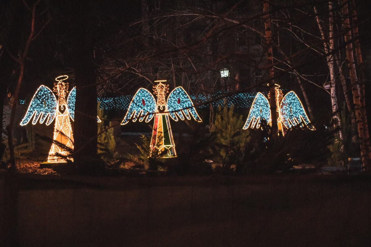 Сквер на Владимирском проезде радует горожан праздничной иллюминацией