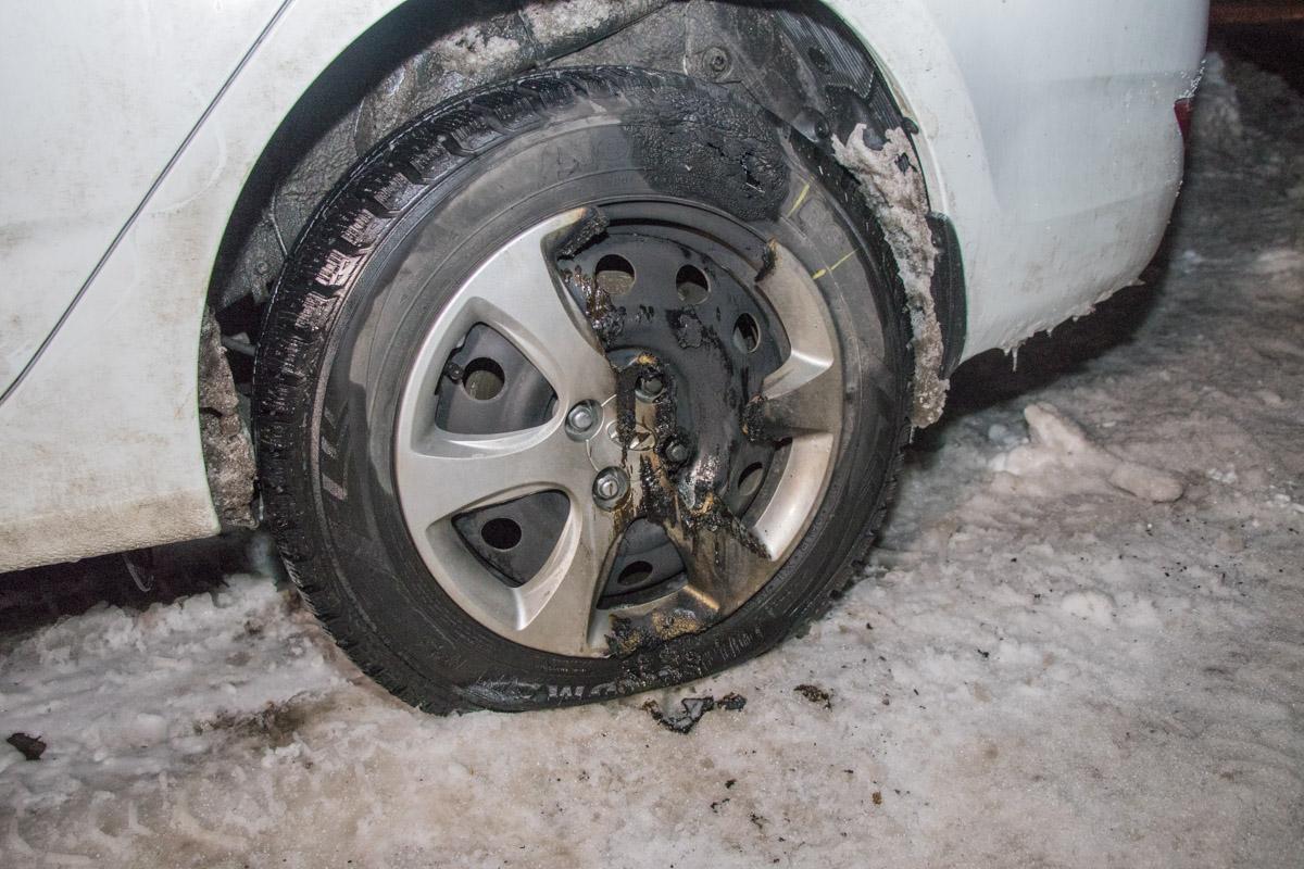 Сначала пытались поджечь левое заднее колесо, но не вышло