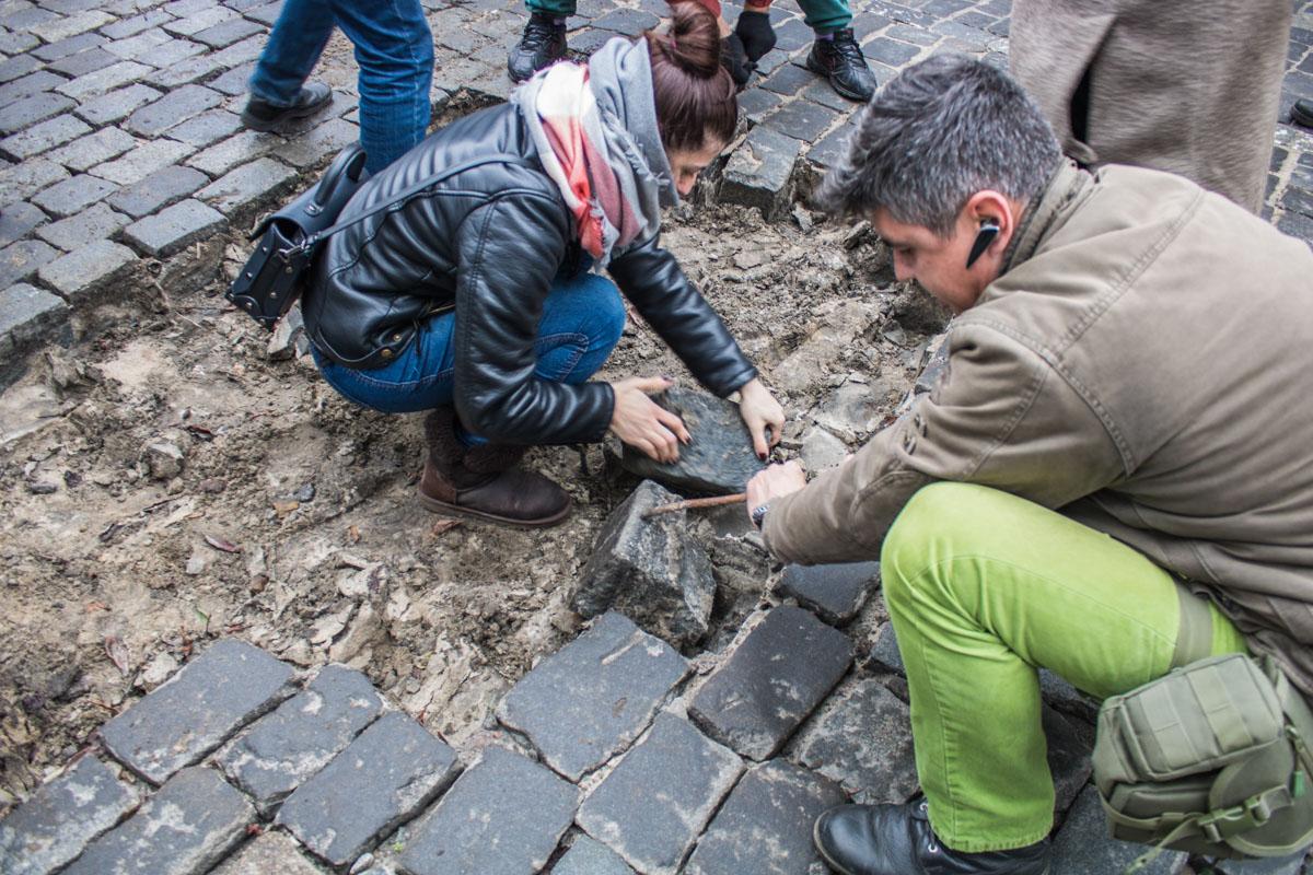 Активисты начали разбирать брусчатку