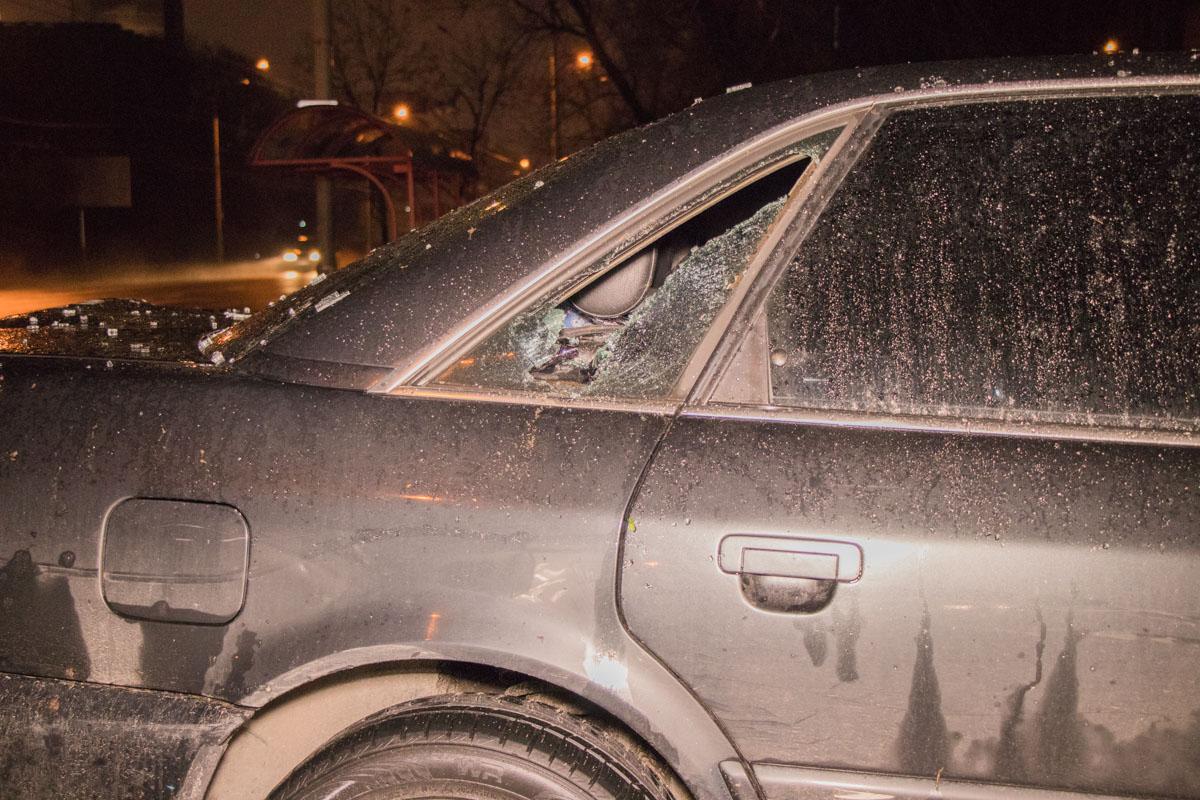 У Audi от удара разбито стекло