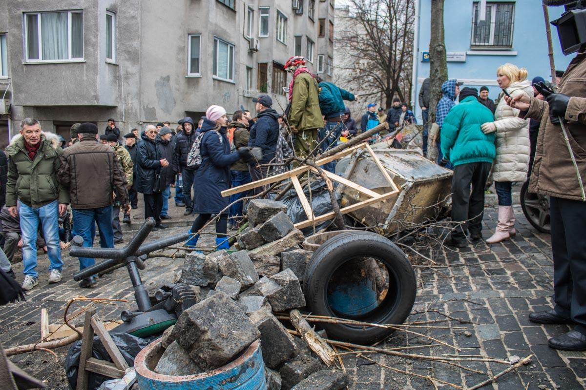 Возле Украинского дома возвели баррикаду