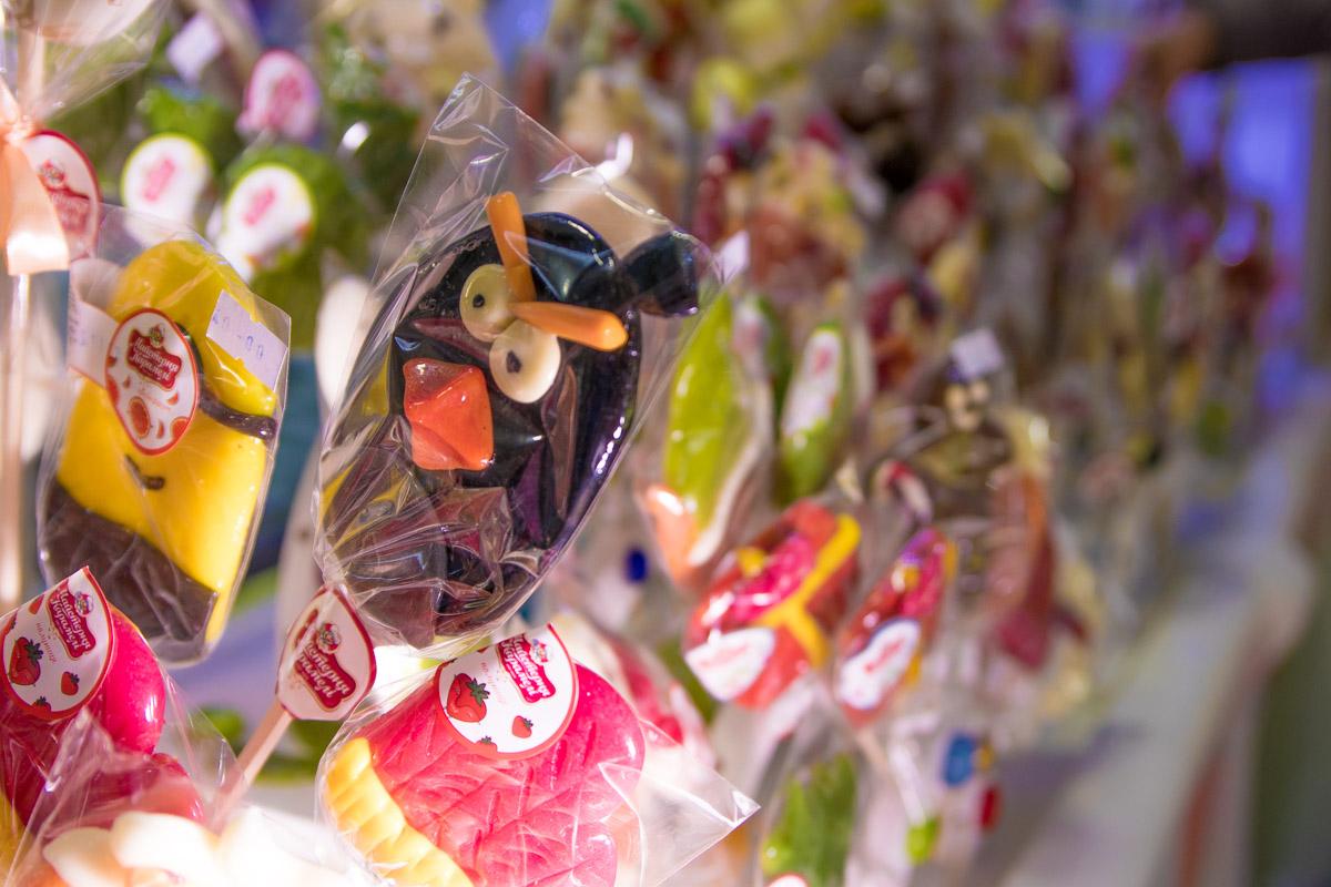 Среди конфет много персонажей из мультиков