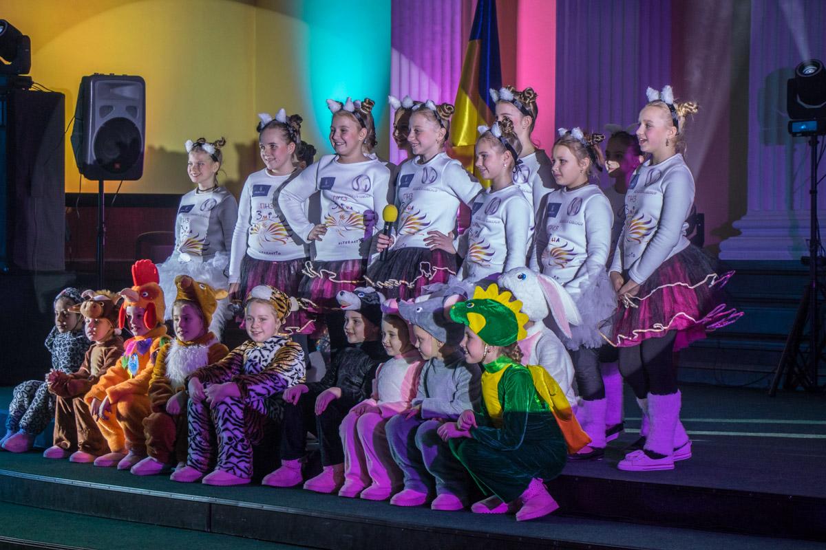 Дети пели новогодние песни и танцевали