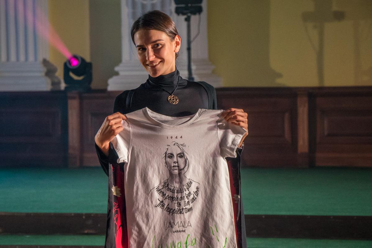 Футболку Jamala с ее автографом приобрели за 9 тысяч гривен