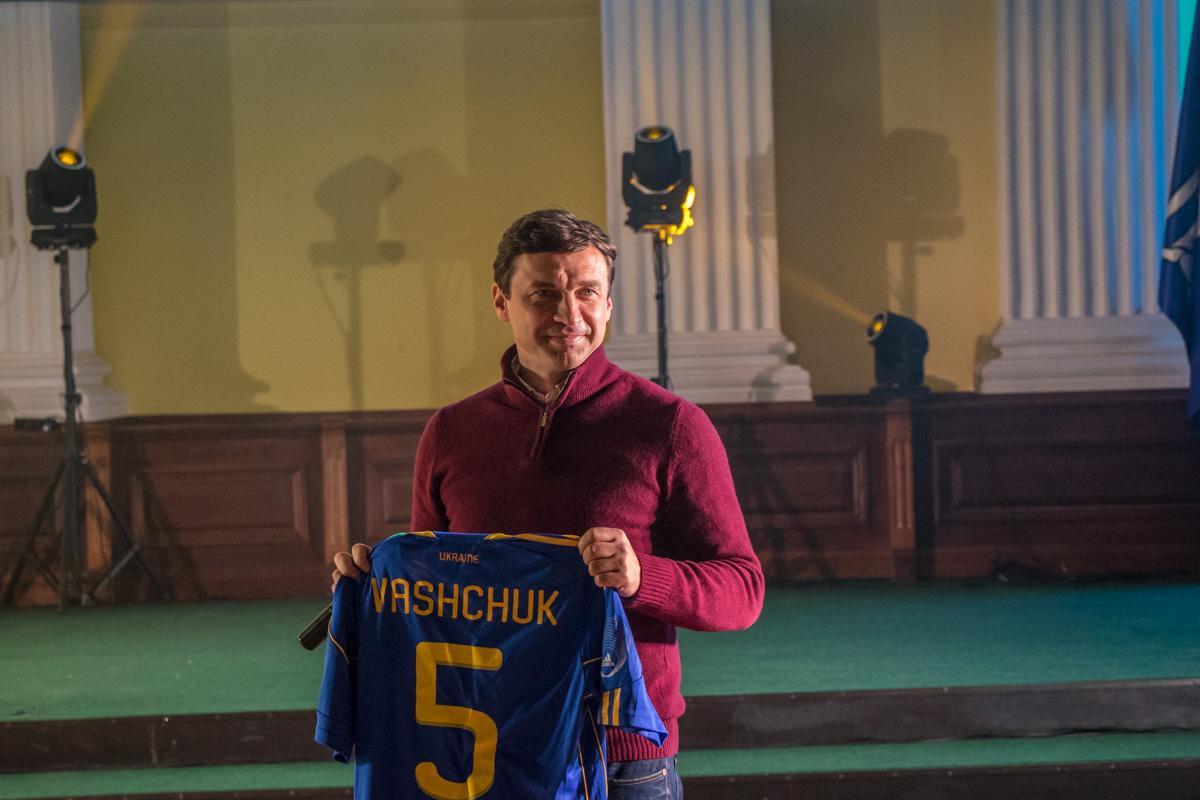 На аукционе футболист Владислав Ващук лично выставил свою футболку