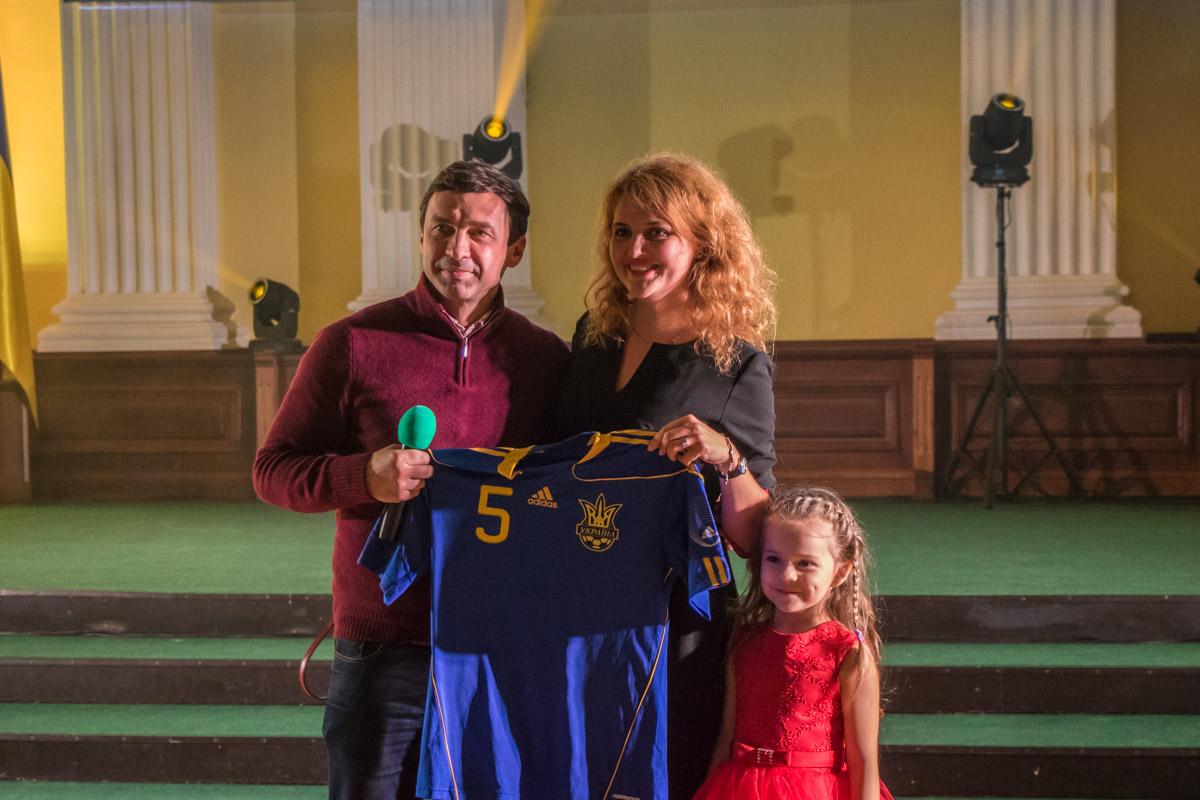 Футболку легенды украинского футбола приобрели за 10 тысяч гривен