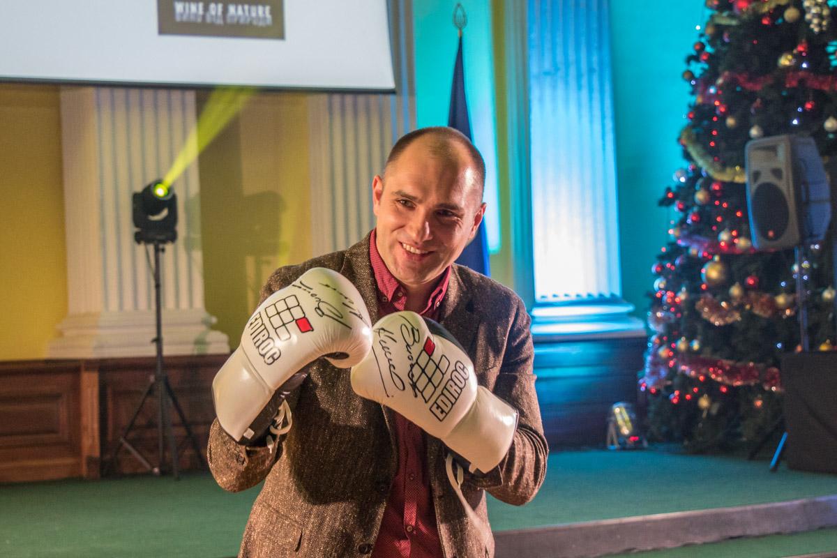 Лот, за который заплатили самую большую сумму - боксерские перчатки Виталия Кличко