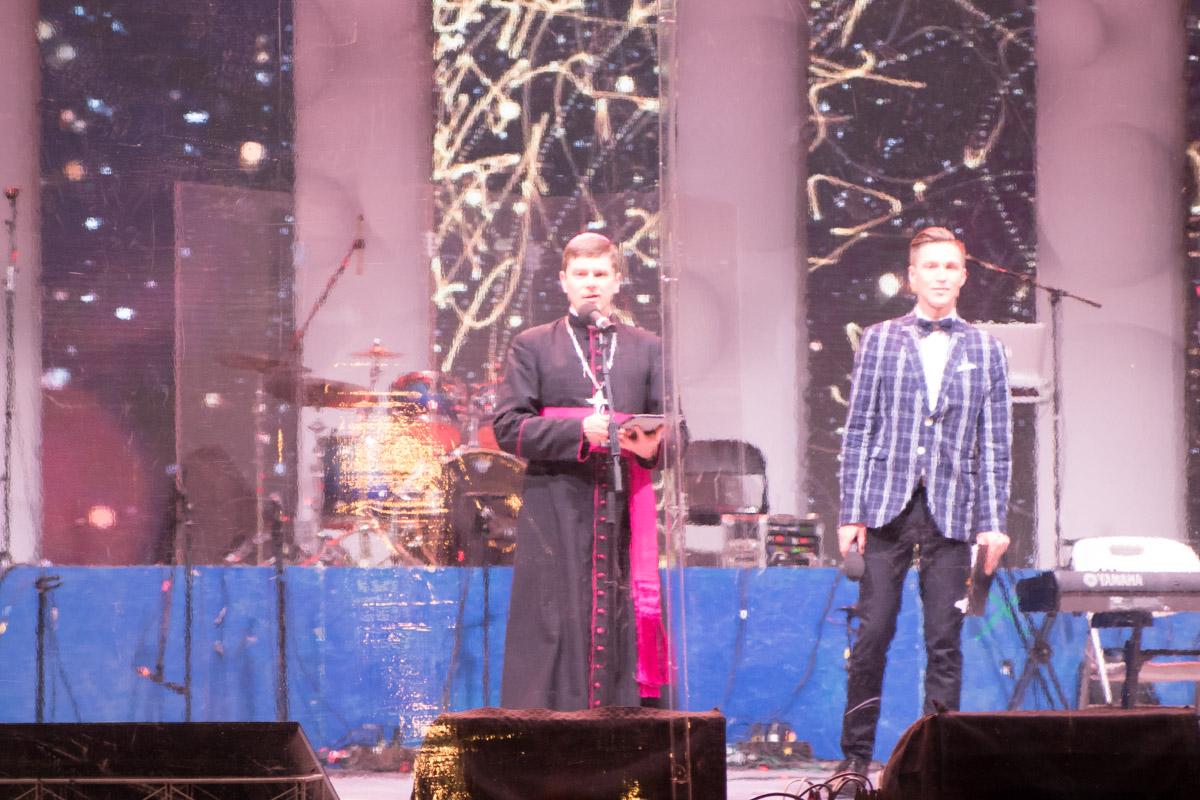 На сцене с поздравлениями выступали представители Католической церкви