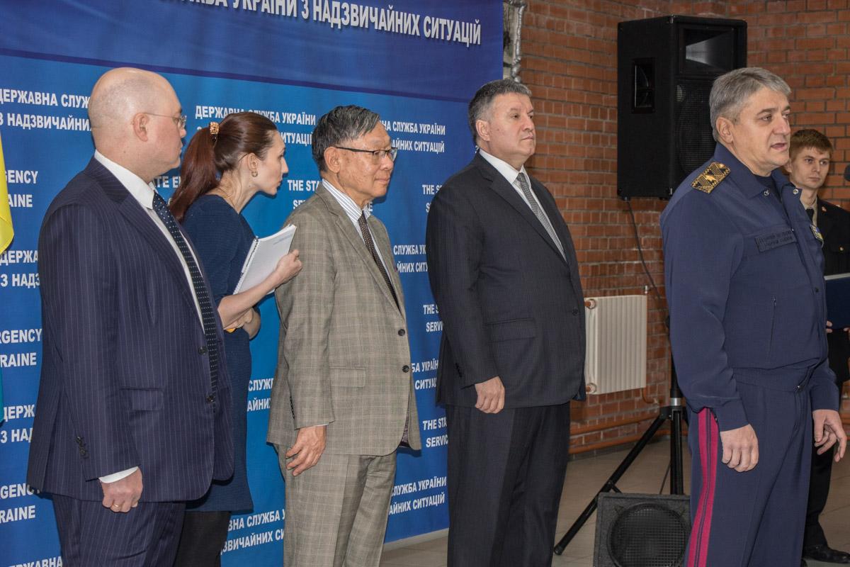 В передаче участвовали Чрезвычайный и Полномочный Посол Японии в Украине Суми Шигеки и Министр внутренних дел Арсен Аваков