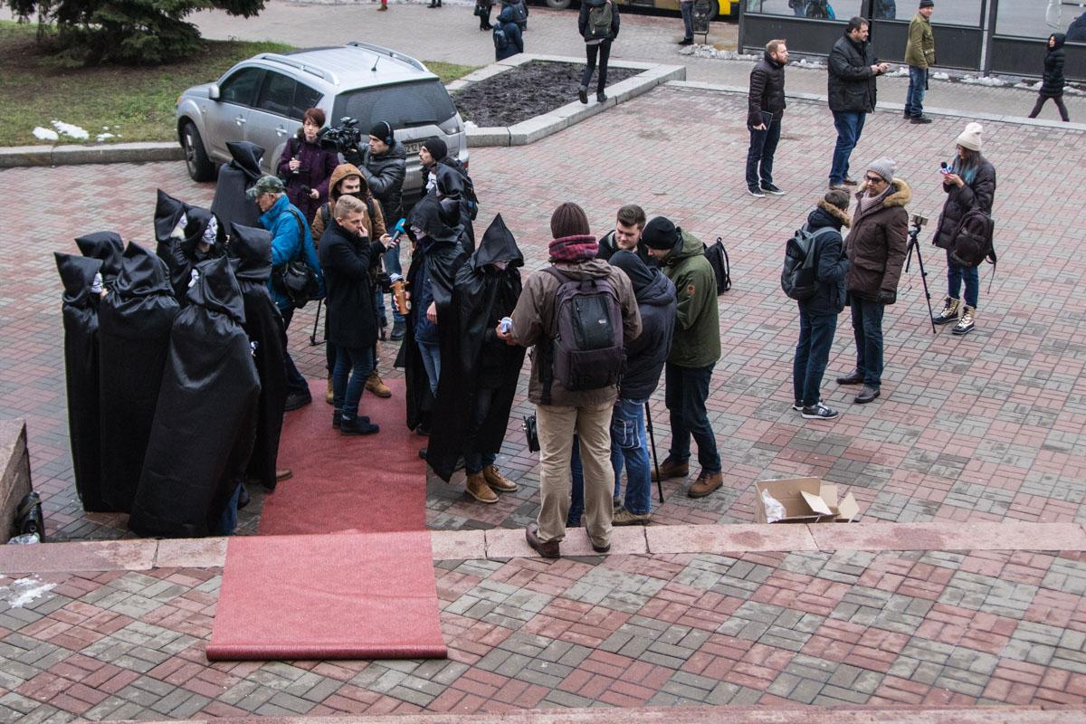 Студенты надели маски Гая Фокса и в черных мантиях торжественно «вручали» антипремию отсутствующим депутатам