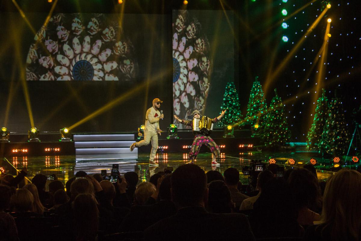 Публику развлекали не только песнями, но и танцами, а также игрой на акордеоне