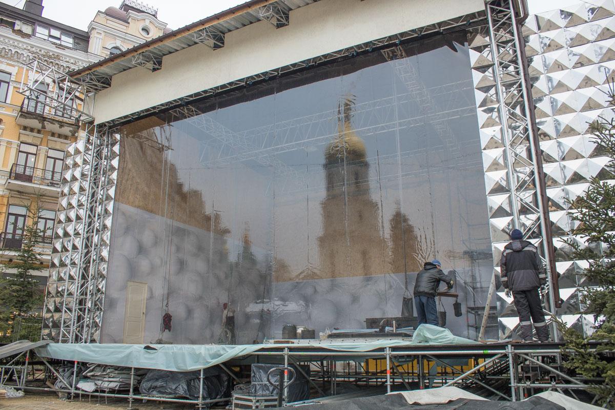 Рядом с главной елкой - главная сцена, где на праздники будут выступать артисты