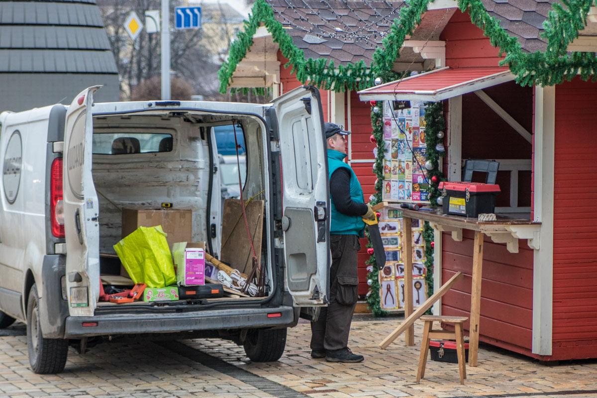 Рядом с елкой уже установили рождественские домики
