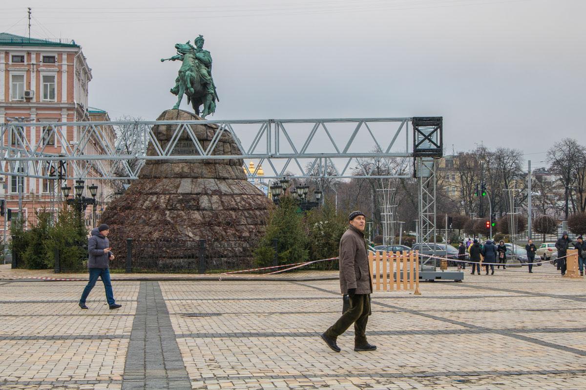 Елку устанавливают в самом центре города - напротив памятнику Богдану Хмельницкому