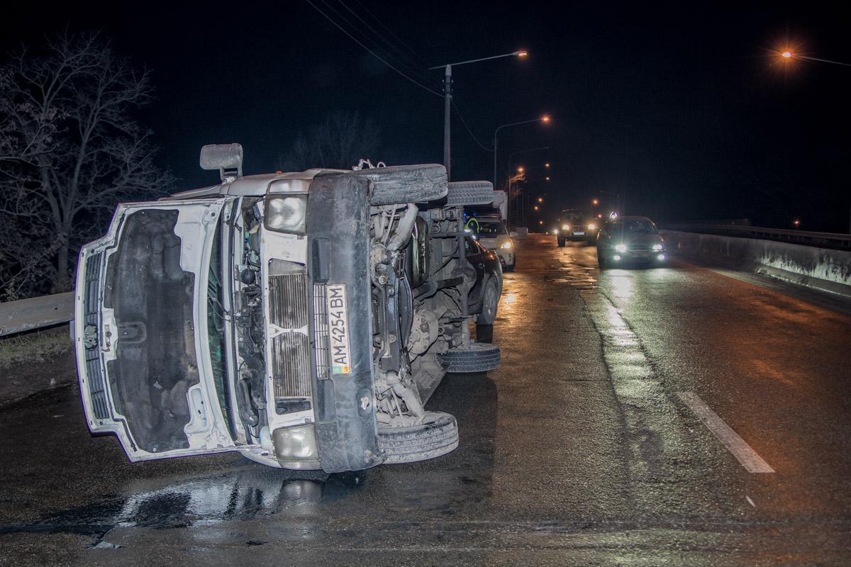 В Киеве на проспекте Палладина три автомобиля влетели в один и тот же отбойник, почти в одинаковое время