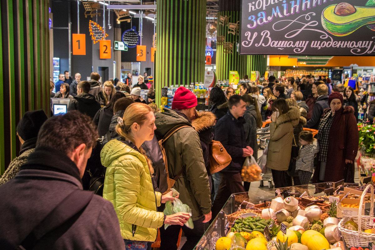 Большое скопление людей в супермаркете Le Silpo