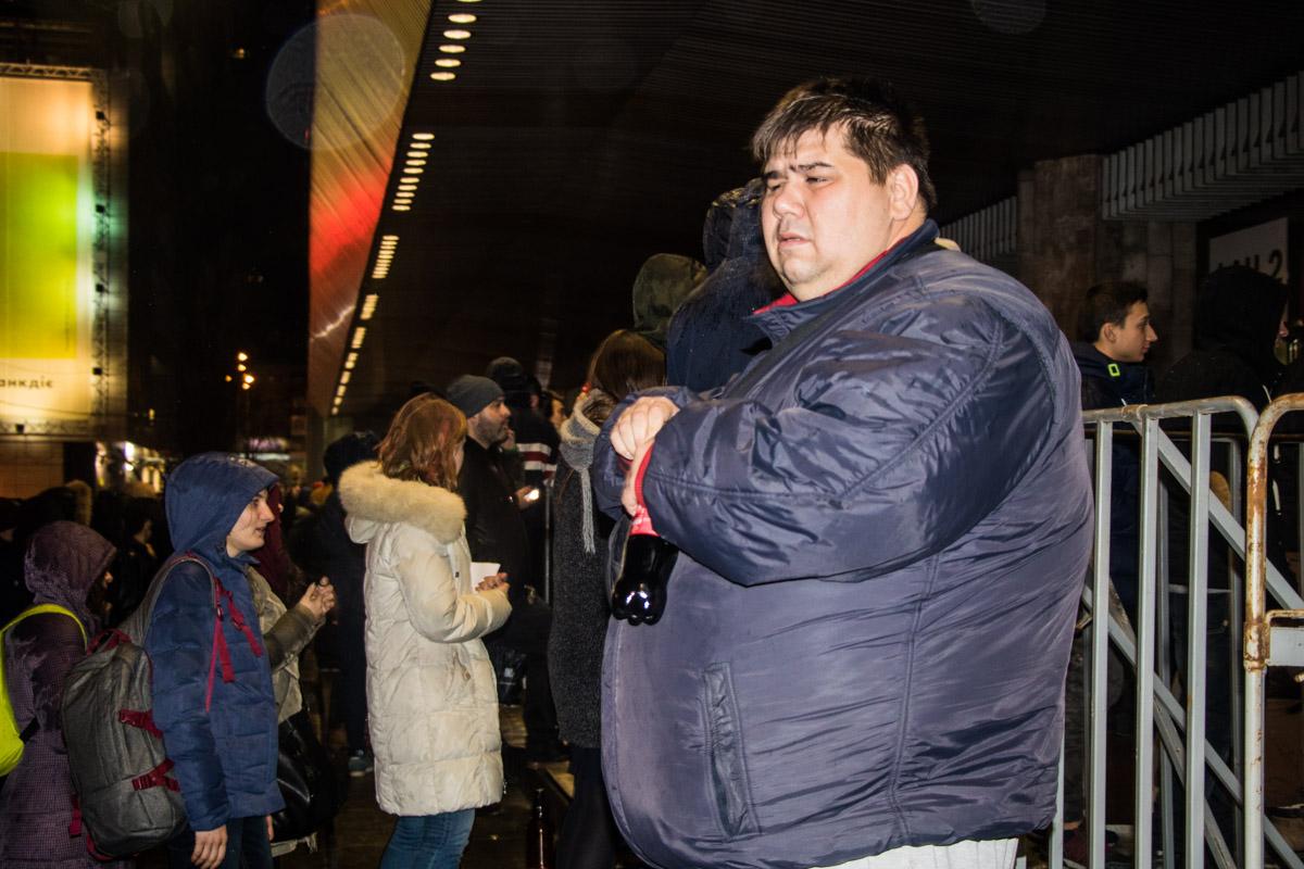 Много людей возле входа пытались перепродать билеты по низким ценам