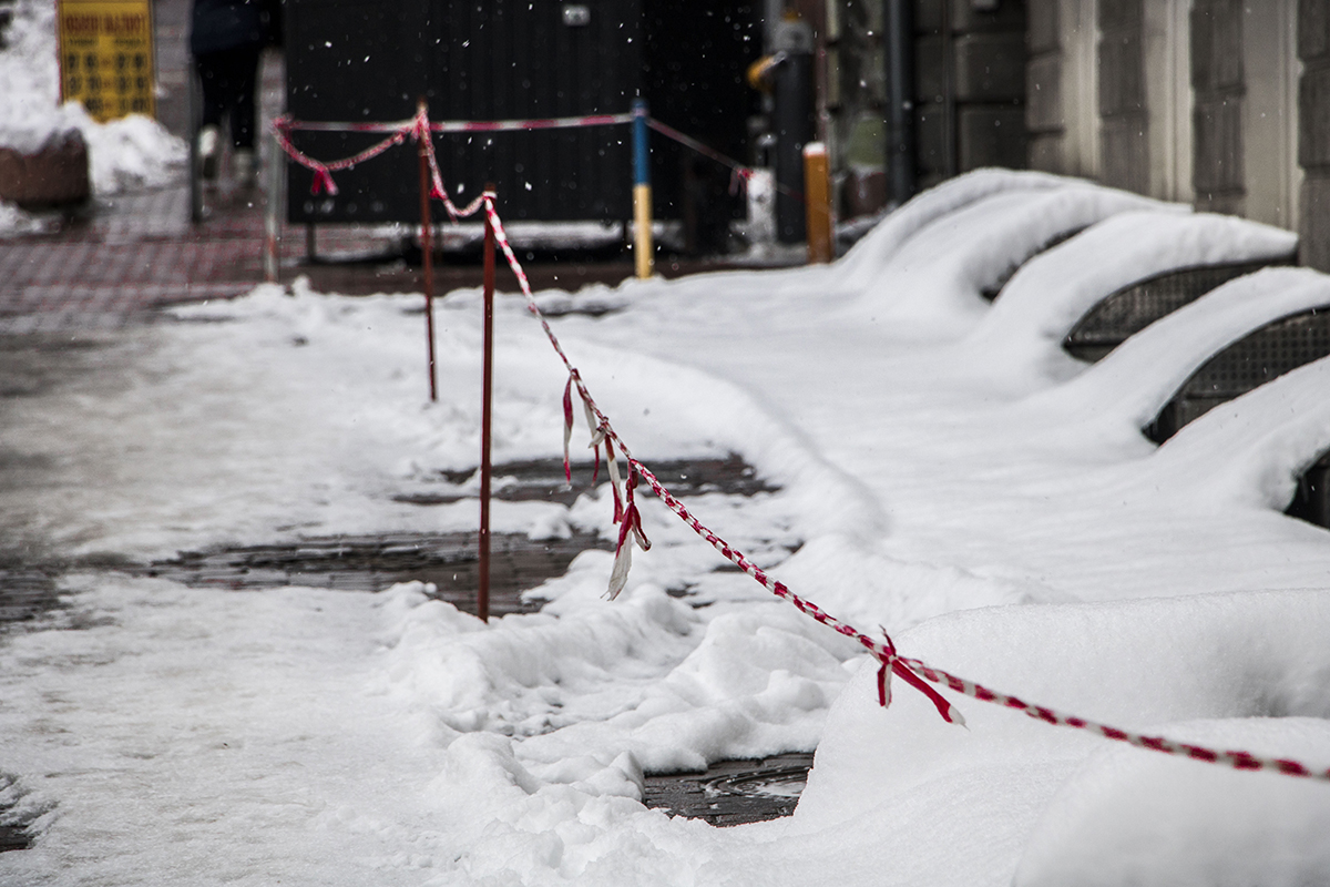 Опасные участки под зданиями оградили