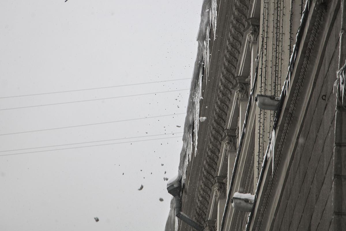 Снег и лед падают с крыши