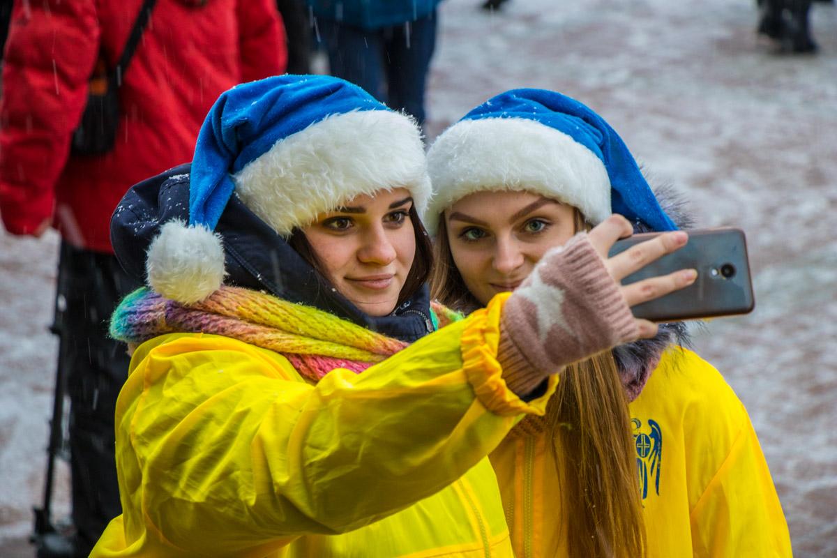 Несмотря на снег и холод, улыбчивые волонтеры дарили улыбки окружающим