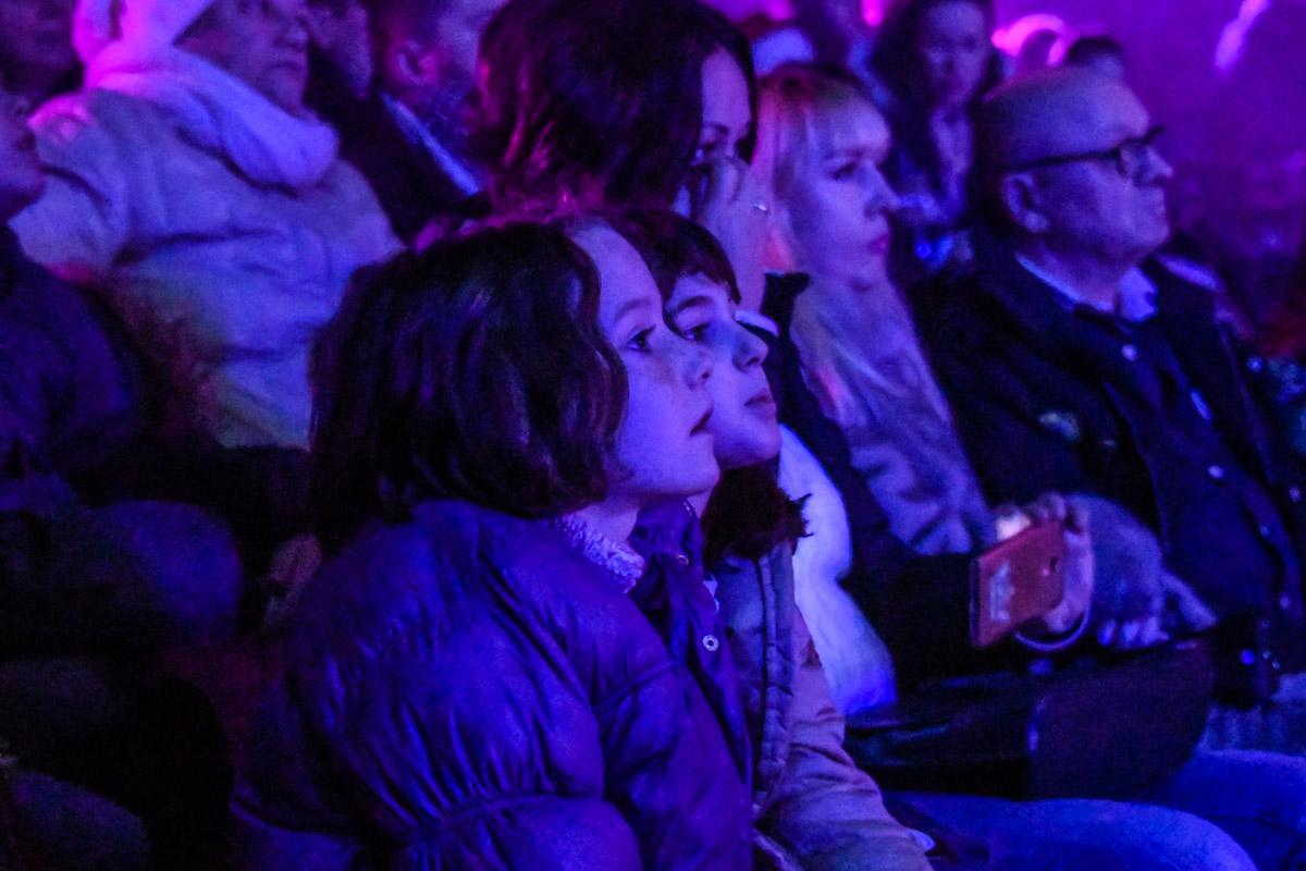 Взрослые и дети с замиранием смотрели на арену цирка