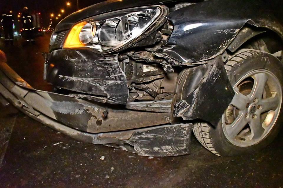 Отбойник насквозь пробил автомобиль MG
