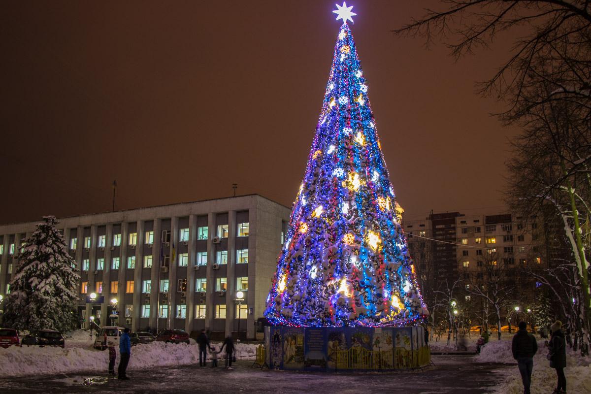 Во всех районах Киева засияли локальные елочки