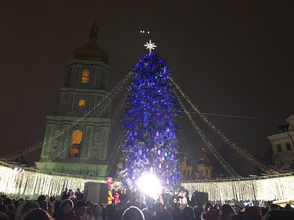 Вместе с праздничной елкой еще ярче засияли глаза киевлян и гостей столицы