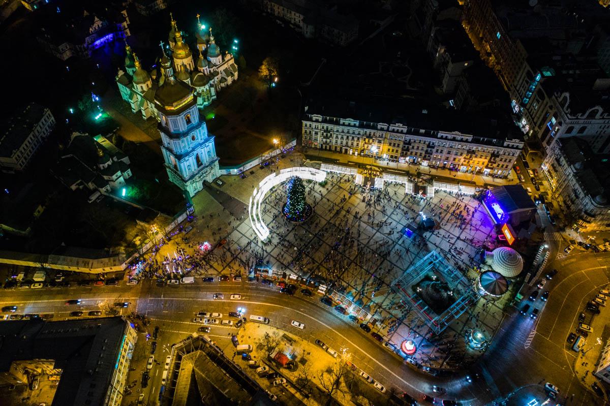 Прочувствовать атмосферу праздника можно, прогулявшись по нарядному центру Киева
