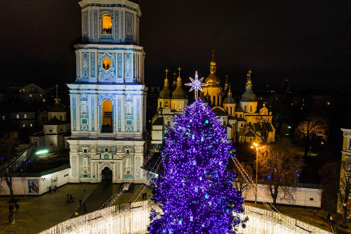 Вместе с магическим деревом ярче сияют глаза жителей Киева и гостей столицы
